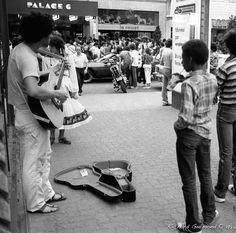 Street Singer: , Montréal, Québec  Photo by Richard Guimond ©1982 19820628 002 (3)f Nikon F 35mm f2.8 Tri-X D-76