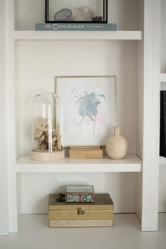 This tour had us at gorgeously styled shelfie. The built in shelves and all the little vignettes tucked inside are pure perfection. Meet the home of Doreen Corrigan. Along with Studio McGee& help in the living room, she crafted a space influenced by the Apartment Decoration, Home Office Decor, Bookshelf Inspiration, Bedroom Decor, Wall Decor, Built In Shelves, Wall Shelves, Built Ins, Workspace Design