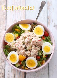 Tunfisksalat med egg Frisk, Cobb Salad, Egg, Lunch Box, Food And Drink, Pickles, Red Peppers, Eggs, Egg As Food
