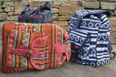 Traditionelle und ethnisch kleine Nepali Rucksäcke. Diese Rucksäcke sind zwar klein, aber die Qualität ist wunderbar und die Größe ist ideal für den Transport persönliche Gegenstände.   In vielen verschiedenen Farben erhältlich. Diese Rucksäcke haben 2 Taschen. Eine Größere Tasche und eine kleine Tasche vorne in der Sie zum Beispiel perfekt Ihr Handy verstauen können. Außerdem haben Sie verstellbahre Schultergurte um Ihnen einen angenehmen Tragekomfort zu gewährleisten.