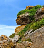 In Ebihens, France, an interesting natural optical illusion can be seen called the Apache Head in the Rocks. A face can be seen looking to the left. Natural Earth, Natural World, Hidden Face, Rock Formations, Optical Illusions, Natural Wonders, Amazing Nature, Beautiful World, Mother Nature