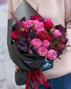 flowers bouquet floral arrangements Valentine's Day Flower Arrangement Trends How To Wrap Flowers, Pink Flowers, Beautiful Flowers, Bouquet Flowers, Vintage Flowers, Flowers Pics, Red Wedding Flowers, Floral Bouquets, Flower Images