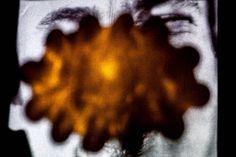 """My ghost in my shell. Aus der Serie """"Ich bin (nicht) Ich"""" 2015 Rotierendes Noppen Plastikschale, Selbstportrait Projection Mapping aus der Serie """"Pathfinder"""", schwarzer StoffSkulptur, Objekt, Video,..."""