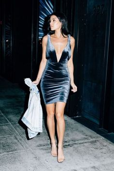 Look para festa com vestido de veludo azul, super moderno e estiloso