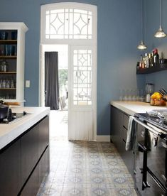 We can't get enough of blue! This combination of patterned floor tiles, blue walls and dark cabinetry is making our heart sing 💙 Black Kitchens, Cool Kitchens, Küchen Design, Interior Design, Kitchen Interior, Kitchen Decor, Nice Kitchen, Kitchen Styling, Kitchen Remodel