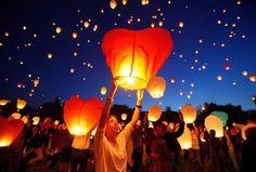 Ciudadanos polacos lanzan linternas chinas con motivo de las celebraciones de la Noche Kupala (noche de San Juan) en Poznan, Polonia.