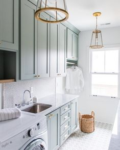 Really loving everything about this laundry room design by @whittneyparkinson! #inspired #followfriday #laundryroom #homeinspo #homeinspiration #homedesign #homegoals #interior123 #bhghome #hgtv #housebeautiful #homedeco #homestyling #interiorstyling #interiordesignideas #interiordetails #thosecabinets