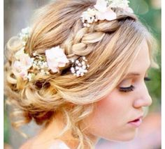 ¿Quieres un peinado de boda un poco más desenfadado? Nos ha encantado este recogido para una boda primaveral