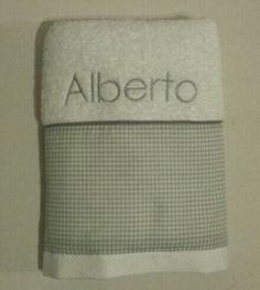 Muy elegante la toall de Alberto en gris #Navidad #canastillasbebe #regalosoriginales #regalosnavidad #babyshowers