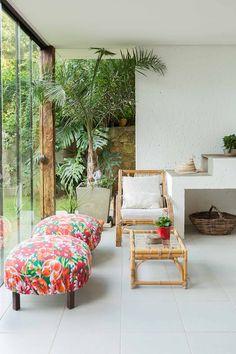 Um espaço para receber amigos integra a área gourmet ao jardim, através de painéis de vidro