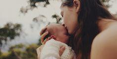 mama isi saruta pe frunte bebelusul