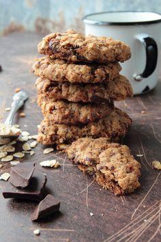 2 ks banánu 1,5 pohára ovsených vločiek 4 pl strúhaného kokosu 5 ks podrvených orechov 1 pl medu 30 g nasekanej horkej čokolády  Banán roztlačíme v miske a pridáme ostatné suroviny, všetko vymiešame. Zpripravenej zmesi tvarujeme cookies a ukladáme ich na plech vyložený papierom na pečenie. Pečieme pri 200...