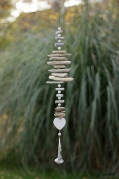 Driftwood: DIY inspiration to integrate it into your decoration Driftwood .club Driftwood: DIY inspiration to integrate it into your decoration Driftwood . Driftwood Mobile, Driftwood Art, Driftwood Sculpture, Beach Crafts, Diy And Crafts, Summer Crafts, Upcycled Crafts, Carillons Diy, Easy Diy