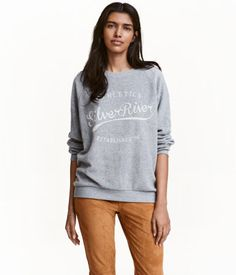 Light gray melange. Long-sleeved sweatshirt soft fleece with a printed motif at front, raglan sleeves, and jersey ribbing at neckline, cuffs, and hem.