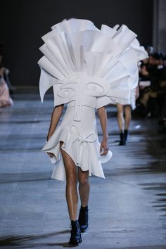 Viktor&Rolf, Haute Couture, Spring/Summer 2016, Performance of Sculptures, Liza