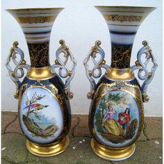 Paire de vases en porcelaine de Bayeux décor de personnages et oiseaux en réserve circ