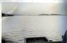 Вид на восток на русло реки Дон с немецкого понтонного моста. В левой части снимка — правый берег и городские постройки. В правой части снимка — левый берег и роща в районе городского пляжа. (Идентификация В.В. Долбнина)