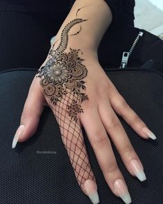 Simple Mehendi designs to kick start the ceremonial fun. If complex & elaborate henna patterns are a bit too much for you, then check out these simple Mehendi designs. Modern Henna Designs, Latest Arabic Mehndi Designs, Wedding Mehndi Designs, Beautiful Henna Designs, Eid Mehndi Designs, Finger Henna Designs, Mehndi Designs For Fingers, Henna Tattoo Designs, Tattoo Ideas