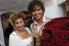 Семейная жизнь 57-летней Ларисы Копенкиной и 30-летнего Прохора Шаляпина напоминала бразилийский сериал. В том смысле, что увлекательно и глаз не оторвать, но в обычной жизни вряд ли бывает. Но этому неравному во всех смыслах браку долгое время удавалось оставаться счастливым, пока «красивая и смелая дорогу не перешла». Анна Калашникова после непродолжительного романа с Прохором родила …