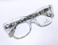 Para mulheres arrojadas que precisam mudar seu visual no dia-dia. Temos variedade para que você encontre o ideal para seu formato de rosto  #oculostransparente Dior, Glasses, Fashion, Wearing Glasses, Girl Glasses, Moving Out, Women, Cats, Moda