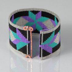 Esta pulsera de telar indígena estilo Dakota Star grano fue inspirada por los hermosos colores desierto que veo alrededor de mí aquí en Albuquerque, Nuevo México. Como con todas mis piezas, he creado en un telar de grano con gran cuidado y atención al detalle. Nota importante: Esta