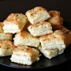 Syrové pagáče • recept • bonvivani.sk Naan Flatbread, Biscuits, French Toast, Dairy, Cheese, Chicken, Meat, Breakfast, Food