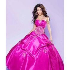 Elegantes Exquisito vestido de 15 años con corset bordado con fina pedrería y cristal y con drapeo cruzado bien elavorado. Falda abullonad