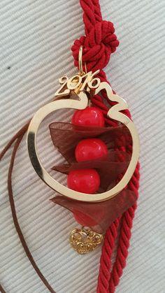 kuku jools: Γούρι σε κόκκινο χρώμα με επιχρυσωμένο ρόδι