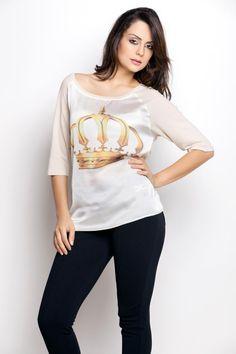 2e1fc514d A camiseta com estampa de coroa é outro sucesso garantido. A manga ¾ é  perfeita