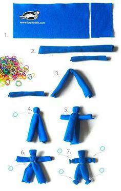Crea divertidos muñecos usando tiras de telas o toallas que ya no uses y bandas o ligas elásticas.