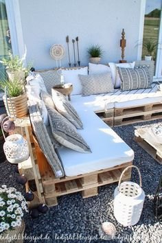 After 5 years it is finally here - the pallet lounge - lady-stil.de - Build your own pallet lounge, decorating ideas for the terrace and garden, Best Picture For decor - Pallet Lounge, Pallet Couch Outdoor, Pallet Bank, Pallet Seating, Wood Pallet Couch, Pallet Sectional, Pallet Daybed, Pallet Benches, Pallet Walls