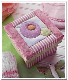 Risultati immagini per cajas forradas en tela Aplique Quilts, Decoupage, Fabric Boxes, Cute Box, Altered Boxes, Thinking Outside The Box, Baby Knitting Patterns, Diy Projects To Try, Fabric Crafts