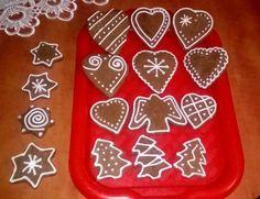 Świąteczne pierniczki są aromatyczne i smakują rewelacyjnie. Warto nieco odnowić stare przepisy i część mąki zastąpić mąką pełnoziarnistą. Zdrowiej, a smak jeszcze lepszy!