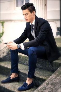 The go-to for casually smart menswear style? A black blazer with navy chinos. For a more polished take, why not complete this outfit with a pair of navy suede tassel loafers? Dress Shirt And Tie, Suit And Tie, Blazer Shirt, Blazer Outfits, Cardigan Gris, Look Fashion, Mens Fashion, Fashion Menswear, Winter Fashion