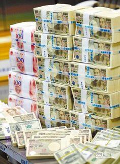 美國聯準會宣布QE3結束後,昨天日本擴大量化寬鬆,導致日圓一度貶幅超過2%,貶破110日圓兌1美元大關,創下近7年新低的111.53價位。(美聯社)