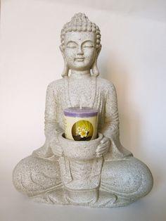Meditatieboeddha met kaarshouder Steengrijs € 20,30 Link naar pagina: http://www.zen2youshop.nl/a-40075288/boeddha/meditatieboeddha-met-kaarshouder-steengrijs/ Materiaal: Polyresine kunsthars Afmetingen: 26,5 cm hoog 18.5 cm breed  10 cm doorsnede  In de houder kan een waxinelichtje geplaatst worden, een klein kaarsje of edelsteen.  Mooie boeddha, mooi gedetailleerd.