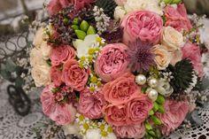 Guľatá svadobná kytica z hortenzií a ruží s čipkoou