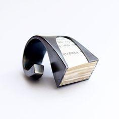 """Anillo """"Ojeada"""" Ag 950 oxidado con papel de libro antiguo."""