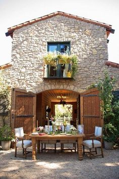 Pea gravel, rustic table, elegant dinner alfresco.