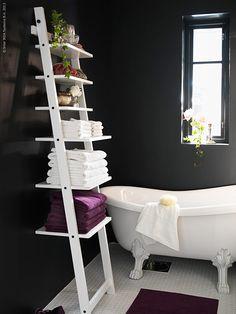 Oavsett storlek på badrum finns förvaringslösningar som passar just dina behov. HEMNES serien hjälper dig att organisera både stort som smått. Komplettera den traditionella stilen med härlig textil som bryter av och förhöjer.