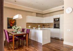 Üde, természetes, otthonos és modern - család négyszobás lakása bézs alappal, színekkel, szép burkolatokkal