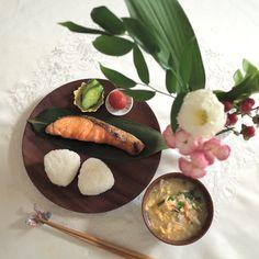 本日の朝ごはん✨ ・塩握り ・えのきと分葱のかきたま汁 ・焼き鮭 ・プチトマト ・きゅうりの浅漬け で美味しくいただきました✨ 今日もシンプルごはんでおはようございます☺️ ご飯はいつも土鍋でその都度炊きます✨ お茶碗によそって熱々をいただくのも、 ほかほかご飯でおにぎりも 両方大好きです #breakfast #japanese #japanesefood #tableware #tablesetting #和食 #和朝食 #和食器 #おにぎり #ワンプレート #和ンプレート #おうちごはん #朝ごはん #簡単ごはん