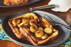 Caramelized Banana French Toast is a decadent french toast with homemade caramel sauce and bananas, an easy to make gourmet breakfast you can make at home. Gourmet Breakfast, What's For Breakfast, Breakfast Recipes, Christmas Breakfast, Banana French Toast, Caramelized Bananas, Banana Recipes, I Love Food, Yummy Food