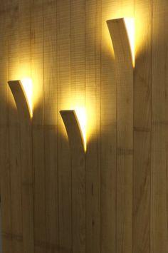 Madera y Luz [Bois et lumière - Salon Maison Bois 2011 Angers] Una forma original de dar luz y textura a un muro Deco Luminaire, Luminaire Design, Deco Design, Wood Design, Design Design, Modern Design, Cool Lighting, Lighting Design, Lighting Ideas