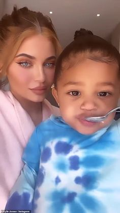 Kylie Jenner enjoys pizza and ice cream with Stormi and Travis Scott as family quarantines together Kris Jenner, Looks Kylie Jenner, Kylie Jenner Makeup, Kylie Jenner Outfits, Kendall And Kylie Jenner, Kardashian Jenner, Kardashian Kollection, Travis Scott Kylie Jenner, Kylie Baby