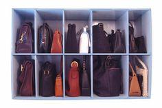 Damentaschen, geordnet im Regal-boxen