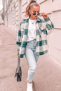 Comfy Fall Look With Flannel Shirt ★ When the fall knocks.,Comfy Fall Look With Flannel Shirt ★ When the fall knocks on your door, it is time to think about trendy fall outfit ideas. Trendy Fall Outfits, Winter Fashion Outfits, Flannel Fashion, Black Outfits, Cute Flannel Outfits, Cheap Outfits, Cute Jean Outfits, Outfits With Jeans, Fashion Clothes