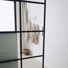 Minimalisme Glasvæg ind til soveværelse, med halvvæg og skydedør Skal vi lave din glasvæg? Så kontakt os på kbh@onefunkyfurniture.dk