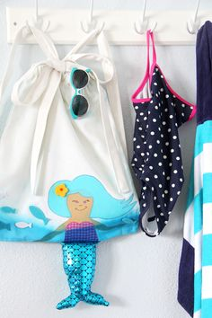 make your bag beach perfect this Summer with the free mermaid pattern! Such a cute idea for any little girl in your life. Mermaid Beach, Mermaid Diy, Free Pattern Download, Diy Backpack, Backpack Pattern, Bag Patterns To Sew, Sewing Patterns, Crochet Patterns, Couture