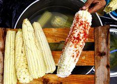 Cómo preparar unos suculentos elotes mexicanos en casa: Los vendedores que trabajan en las calles de México  preparan el elote con los ingredientes que prefieras
